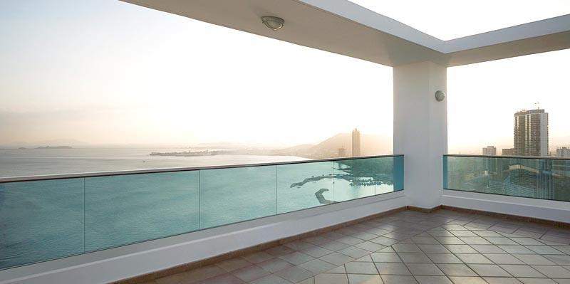 Balaustradas de acero y cristal en interiores y exteriores - Barandillas de cristal y madera ...